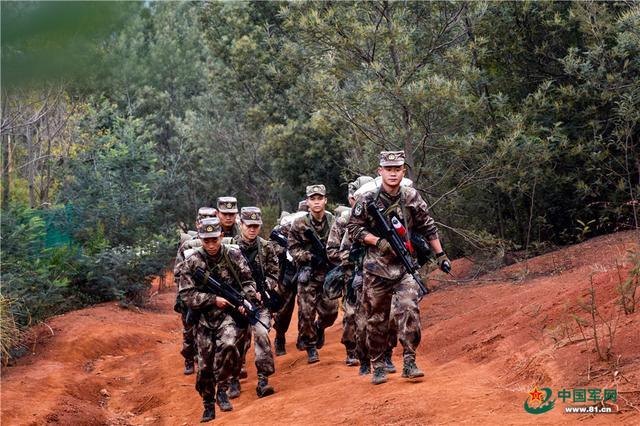 野外徒步拉练!千余名新兵在红土高原上淬火成长