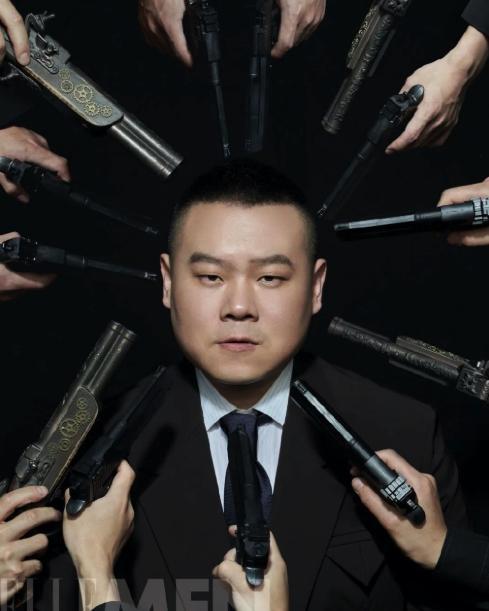 """这也太酷了!岳云鹏罕见登上杂志,化身胖版的""""这个杀手不太冷"""""""