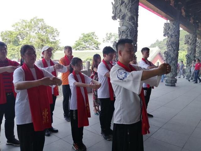 高三学子们纷纷到南宁孔庙,祭拜孔子,祈福金榜题名