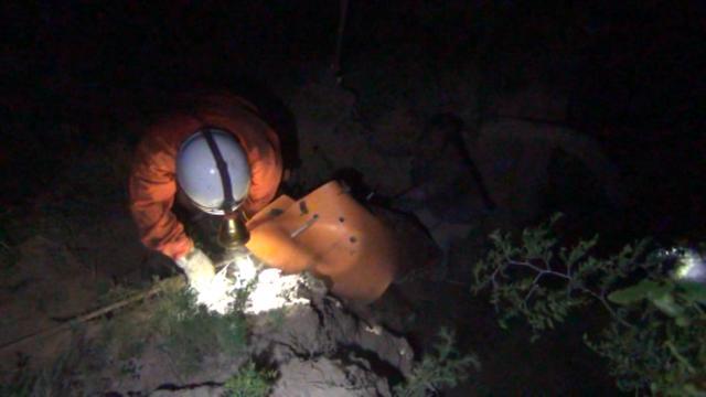 平陆一老人深夜不慎坠落深沟,消防员紧急施救
