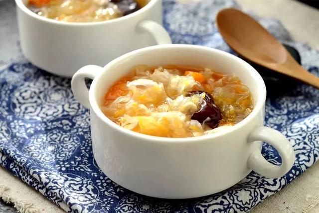 电饭煲一招煮出胶质满满的南瓜银耳羹,甘甜浓糯,暖胃润肤