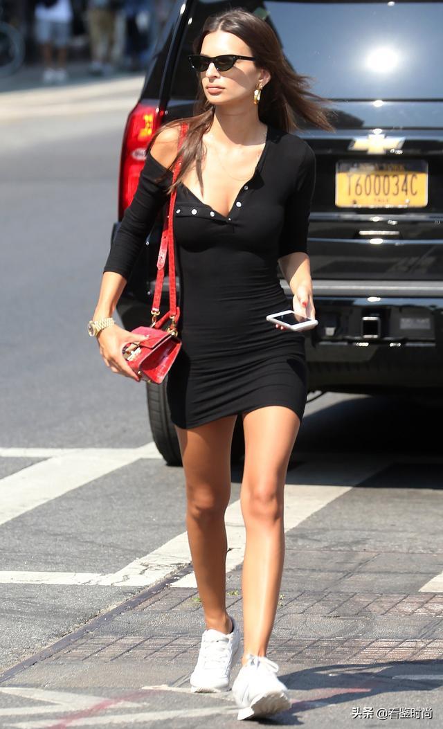 连衣裙和运动鞋如何搭配?Emily Ratajkowski街头风格可找到答案