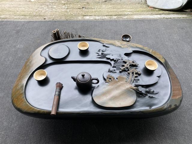把砚石雕刻成精美的茶盘,到底是人成就石头,还是石头成就了人?
