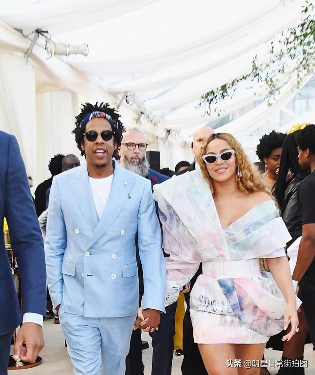 碧昂丝为希拉里拉票卖力嘶吼狂野甩发 与老公Jay Z舌吻秀恩爱