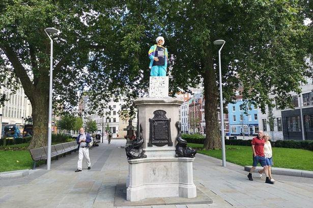 英国布里斯托被推倒的奴隶贩子雕像换人了,看起来更搞笑