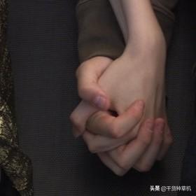 情侣手牵手图片黑白