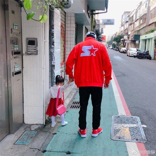 秦昊带米粒吃早餐 米粒穿红色裙子挎着小包包打扮得太萌了