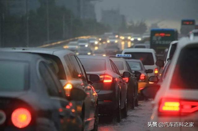 为什么雨雾天大多数司机都开双闪灯?很多人都不会用