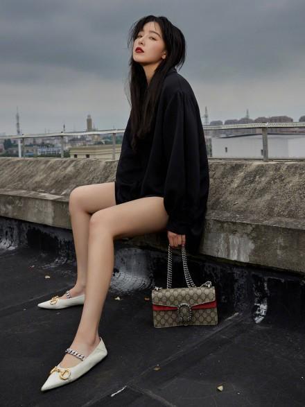 名门泽佳:阚清子皮肤白皙,黑色开衩裙搭白色尖头鞋效果高贵冷艳