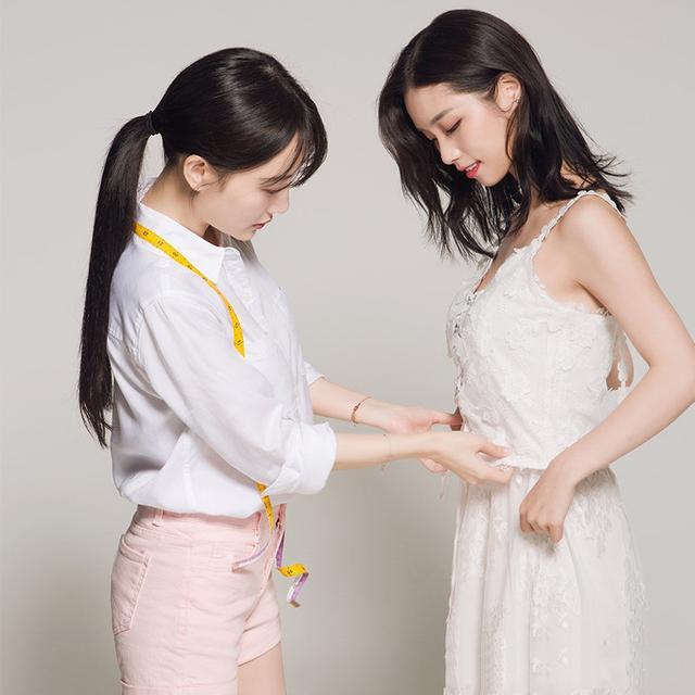 李小璐为自己品牌做宣传,穿格纹衫配马丁靴,38岁年纪秀18岁美腿