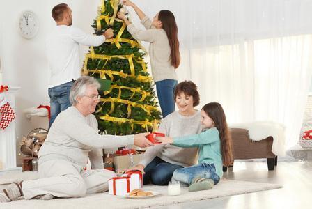 发现孩子偷拿了巧克力后,爸爸接下来的做法给娃树立了正确的三观