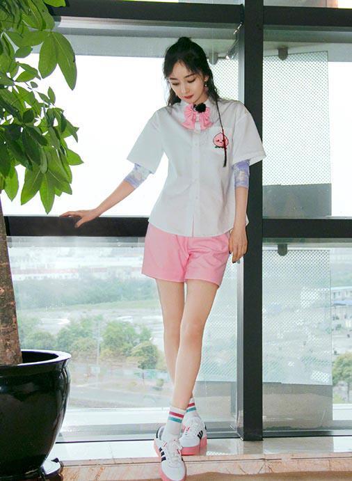 杨幂又现少女感穿搭,衬衫搭粉色短裤青春靓丽,蜜桃耳环可爱满分