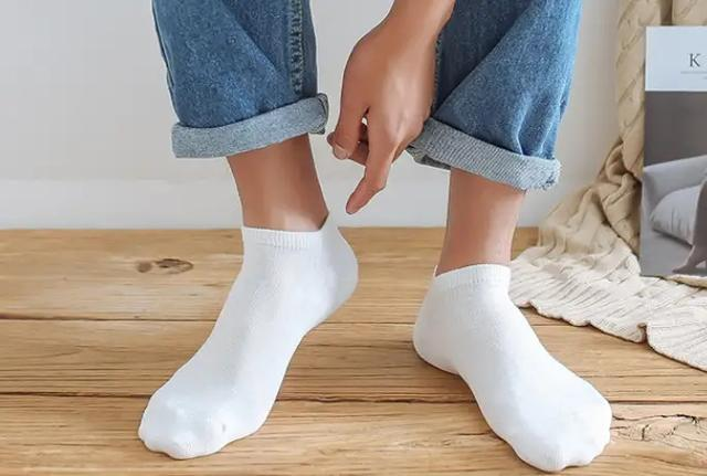 男生一身个性不羁的潮流穿搭,可不要毁在袜子上
