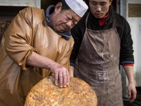 """他是牛肉饼第三代传人,人称""""铁手爷爷"""",能徒手伸进热油翻大饼"""