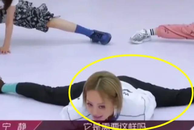 48岁宁静在舞蹈室拉筋热身,当她劈叉瞬间,网友:这腿真实存在?