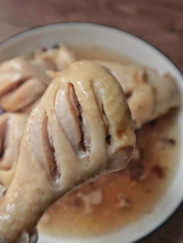 高端的食材要用最簡單的做法,只需兩步即可做出椒鹽蒸雞腿