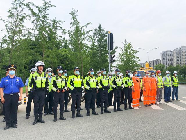 武汉交警开展防汛应急处置演练