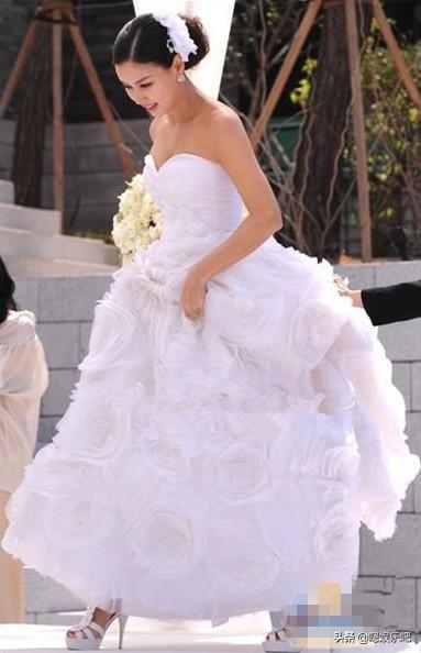 韩女星婚礼前身着婚纱亮相,李宝英优雅,柳真甜蜜
