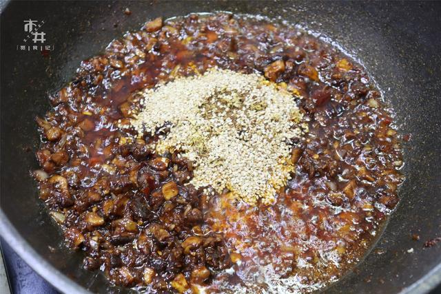 这酱,拌面条拌馒头特过瘾,1斤香菇就搞定,喷香好吃,不用买了