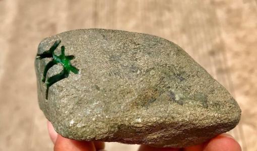 出价80万都不卖,他将这块极品翡翠原石藏在家10年!