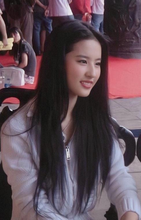 """32岁刘亦菲再次走红,凭""""花木兰""""火遍海外,再也不敢嫌她了"""