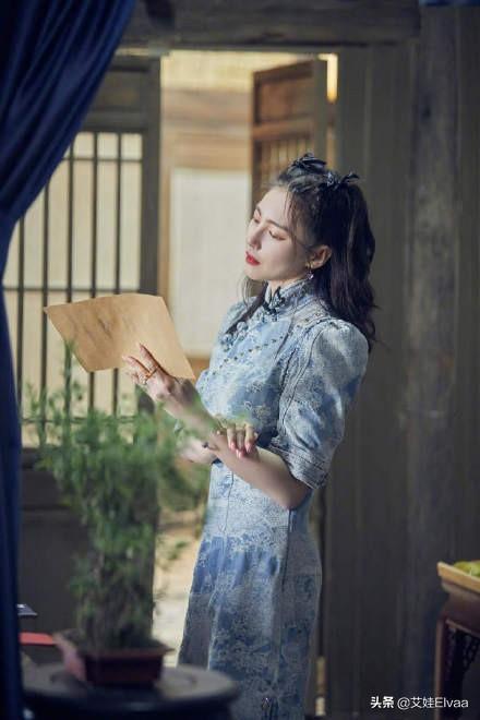 杨幂终于遇对手,同框张雨绮,穿粉色旗袍裙输给了蓝色贵族旗袍裙