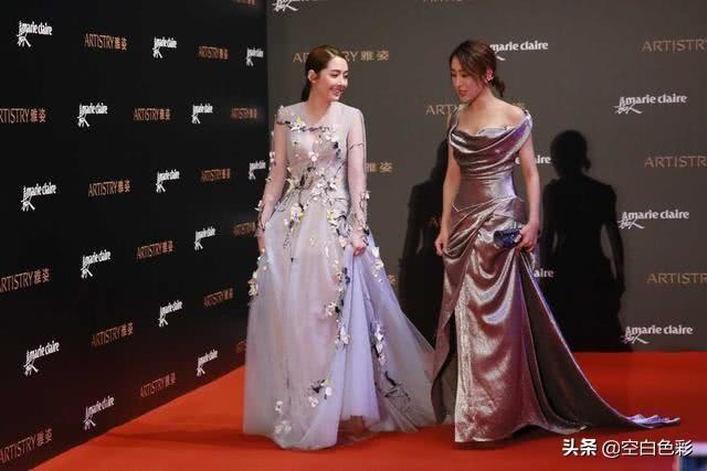 马苏郭碧婷同穿拖地连衣裙,看到俩人上身效果,女明星和豪门差距