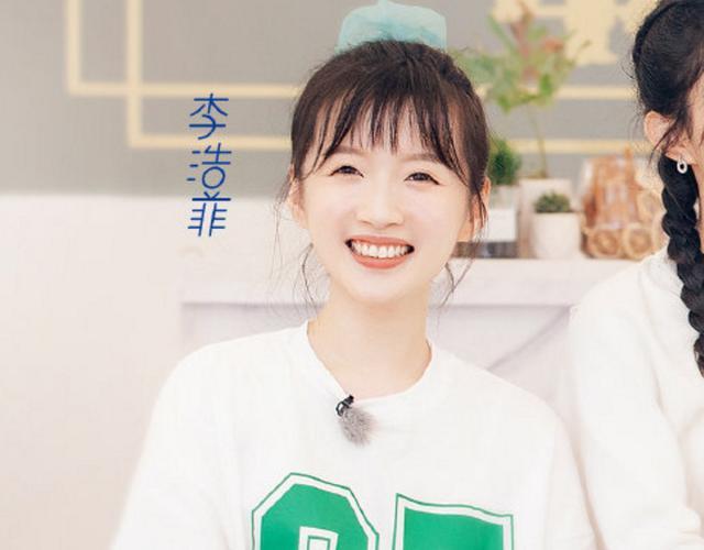 《中餐厅4》晒海报,赵丽颖李浩菲坐一起,确定两人真的差11岁?