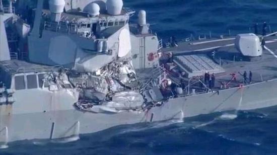 自由航行的代价,美驱逐舰夜间撞上万吨货轮受重伤,7名水兵身亡