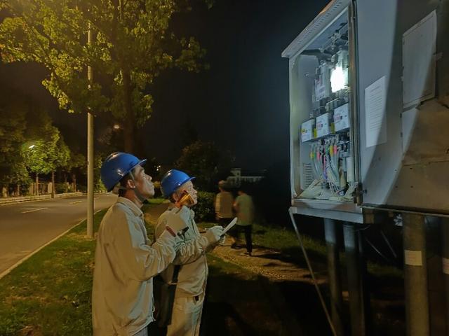 南京高淳固城供电所:度夏入伏时,夜巡在行动