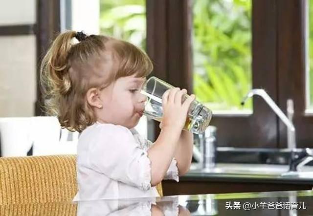三伏天出汗多,各年龄段宝宝如何科学补水?这3点才是判断依据