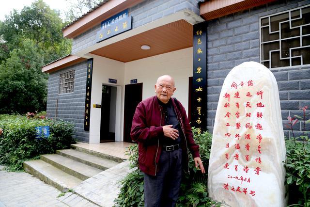 """深圳宜昌:老夫盯着""""屁事""""写诗章,公厕变景点,方便有书香"""