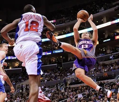 什麼是NBA級別的身體控制能力?飄髪哥「後躺跳投」,KD平行地面出手!