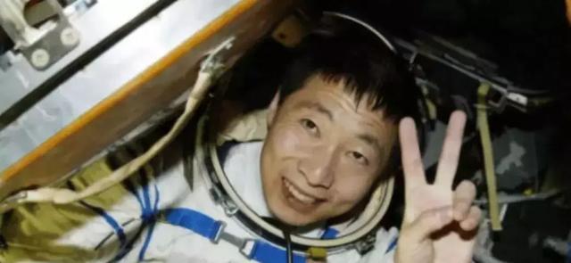 我国第一名宇航员杨利伟,现在生活得怎么样?