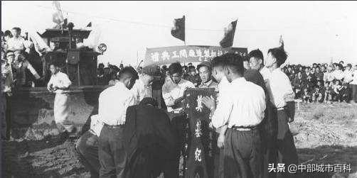 """湖北完美抓住了二汽""""东风"""",河南为何未能实现一拖""""东方红""""?"""
