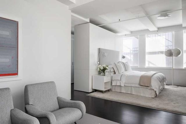 如今有钱人装修更会省,卧室利用一个衣柜,又当床头板又当隔断墙