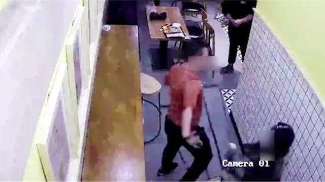 监拍:硕士男餐厅内伸咸猪手 遭女子迅速反击抡起板凳就打