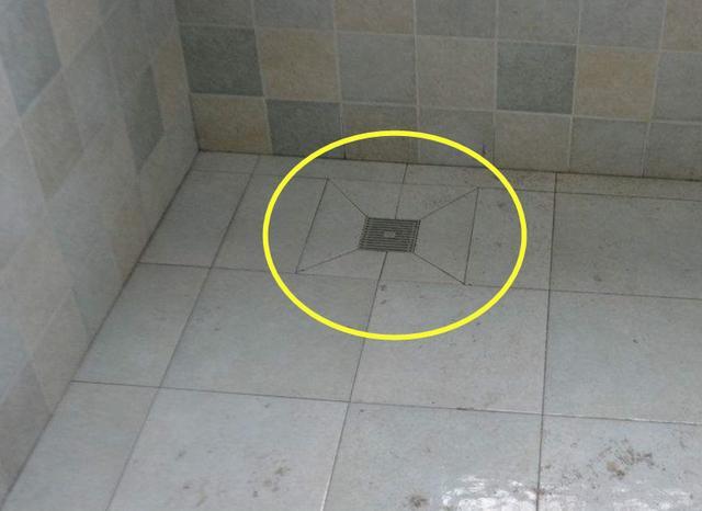 差点被朋友说没见识,卫生间地漏上装块板,头一次我找半天没找到