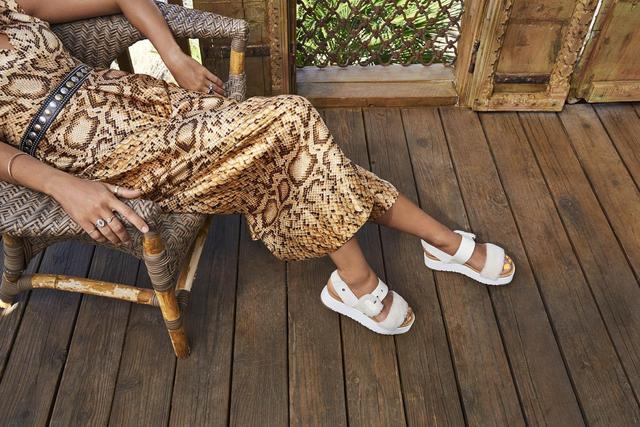 今年夏天凉鞋怎样买?IG女生提升造型好感度全靠这5款轻奢华凉鞋