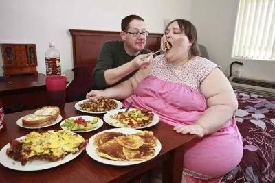 她是世界上最胖的女人,体重已高达660斤,帅气丈夫不离不弃