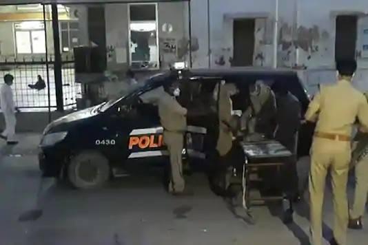 印度8名警察抓逃犯时遭伏击,被从三个方向开火杀害