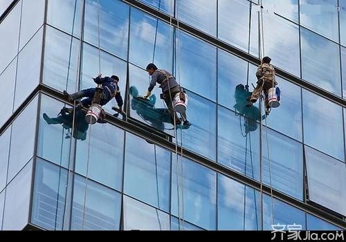 """外墙清洗施工方法详解:""""蜘蛛人""""游走在城市外墙寻梦"""
