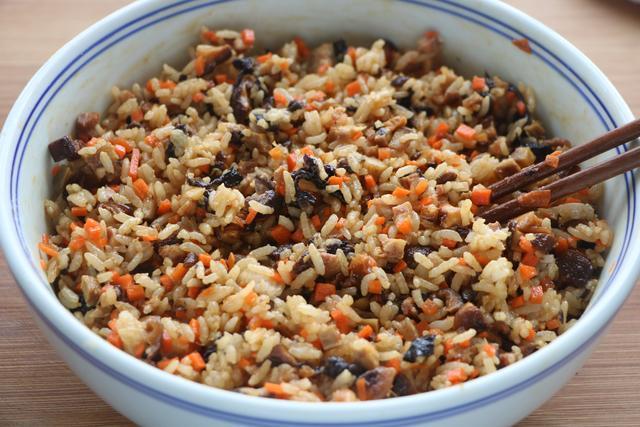剩米飯別炒著吃,加2塊錢的餃子皮,兩口一個,好吃又營養,太香