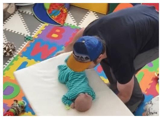 宝宝睡梦中被爸爸端走,这空间转移术真是绝了,网友:又学了一招