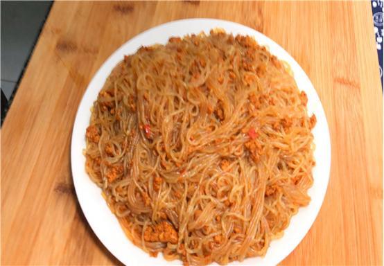 做螞蟻上樹時,飯店大廚分享:學會這一個方法,不粘鍋不不成坨
