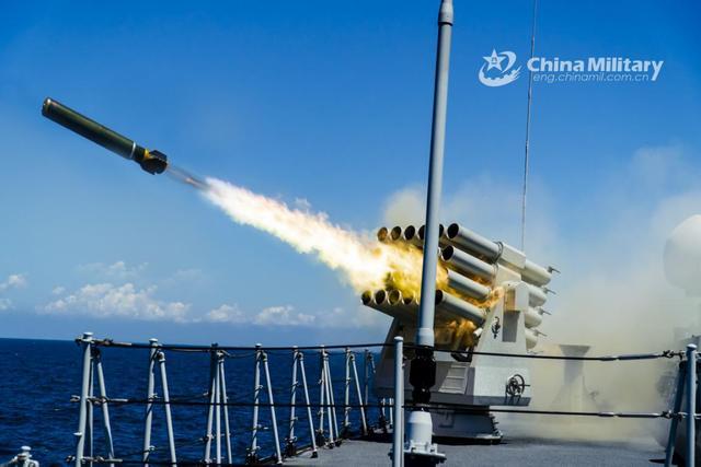 我军南海实弹火力凶猛,摄影师拍下绝美画面:不愧是6000吨通驱