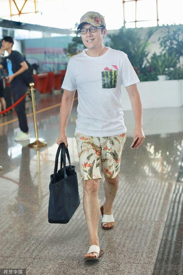 蔡国庆真不服老,50岁了依旧穿花短裤,身材健壮如男模