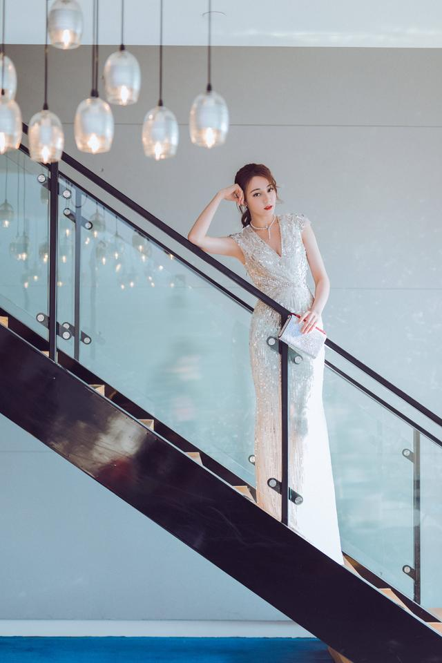 周冬雨一袭薄纱透视裙,当她抬起胳膊后,网友:我... _手机搜狐网