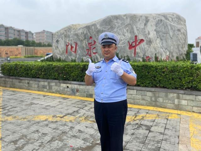 山西阳泉:父亲执勤 儿子高考 考试后的深情相拥让人落泪