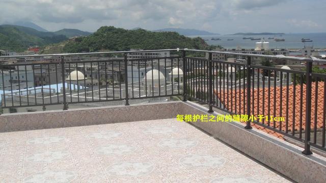 阳台护栏太矮不让封?还是邻居机智,护栏加高不封顶物业也管不着